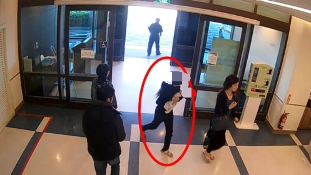 當時吳女抱著女兒快步地進入醫院請求急救。(圖/TVBS)