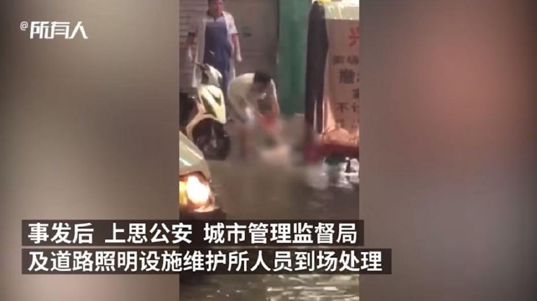 醫師獲報前往救人,疑似有被電到,改用木棍救援,研判可能有漏電情形。(圖/翻攝自YouTube)