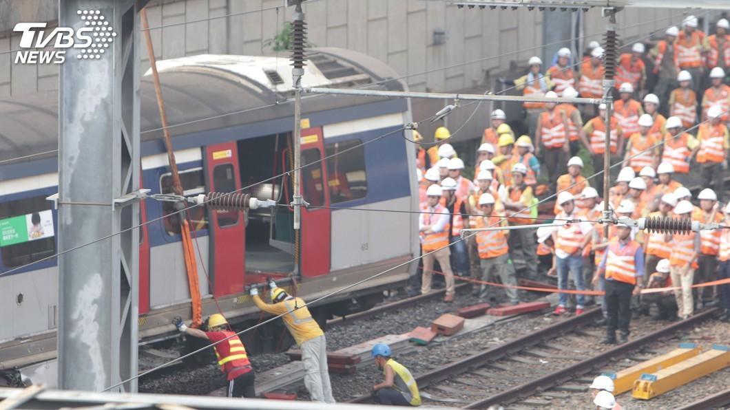 圖/中央社 香港鐵路列車嚴重脫軌事故 初步指鐵軌有裂紋