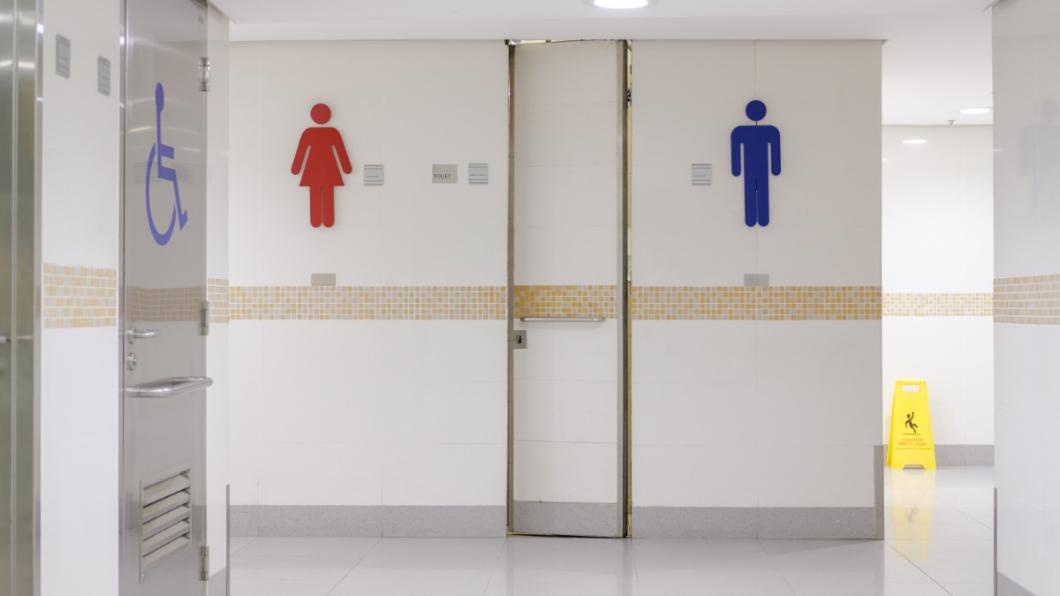 示意圖/TVBS 溜進女廁偷窺 男被逮辯稱「進來找吃的」