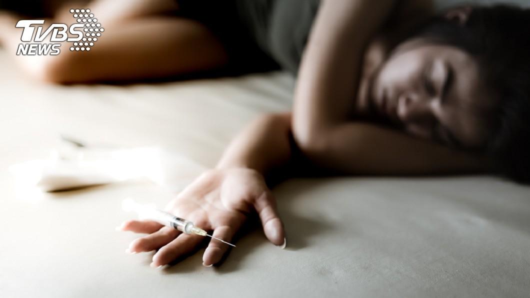 1名女子和男友到另名女性友人家開毒趴,結果中毒身亡。(示意圖/TVBS) 情侶開毒趴…女打滾全身冰冷斷氣 男只顧睡覺不理