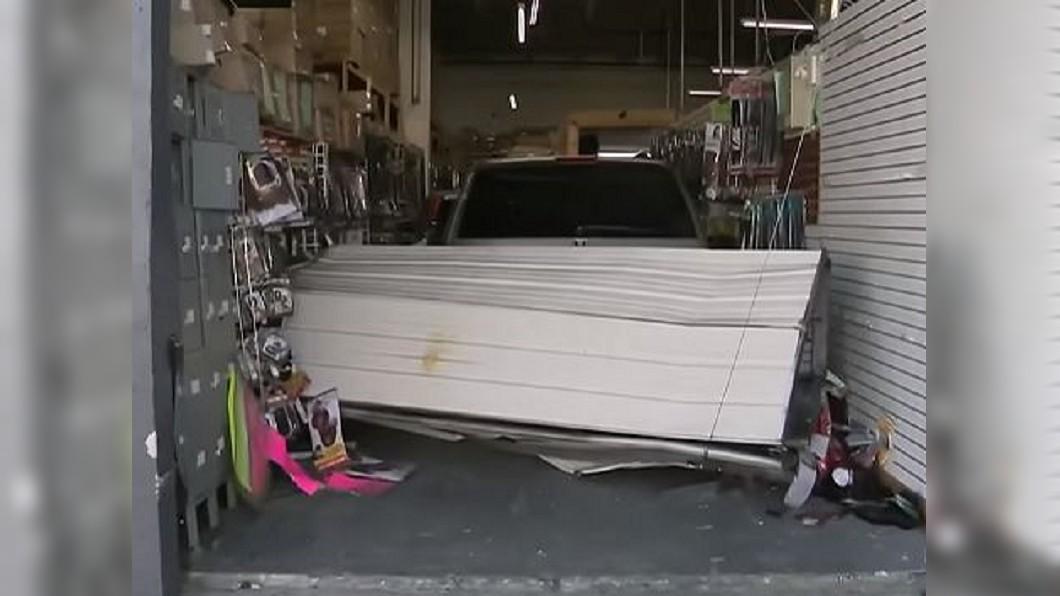 圖/翻攝自 WPLG Local 10 youtube 開卡車破門! 竊賊偷走250萬台幣昂貴假髮
