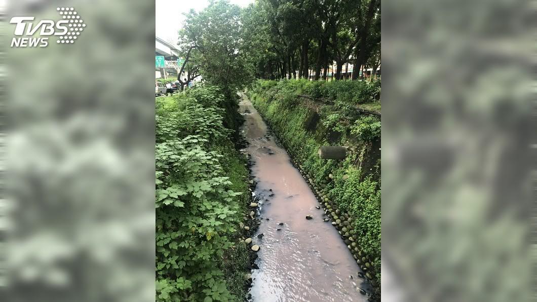 圖/環保局提供 鳳山溪變「草莓牛奶」 高市府允速劃定水污染管制區