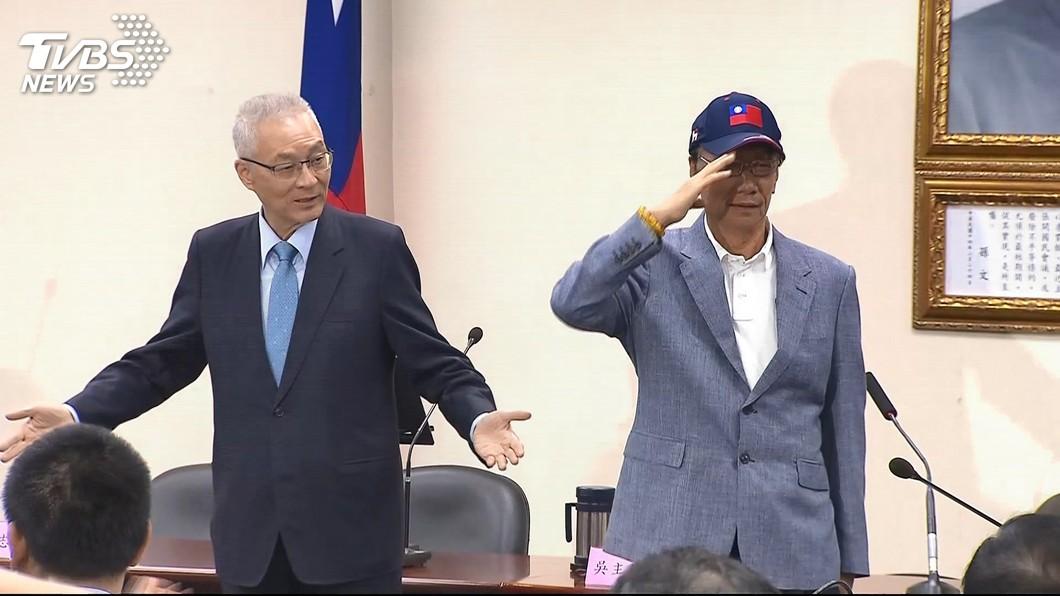 國民黨主席吳敦義(左)、鴻海創辦人郭台銘(右)。圖/TVBS資料照 看藍不分區立委名單 郭台銘:國民黨到底在傻什麼