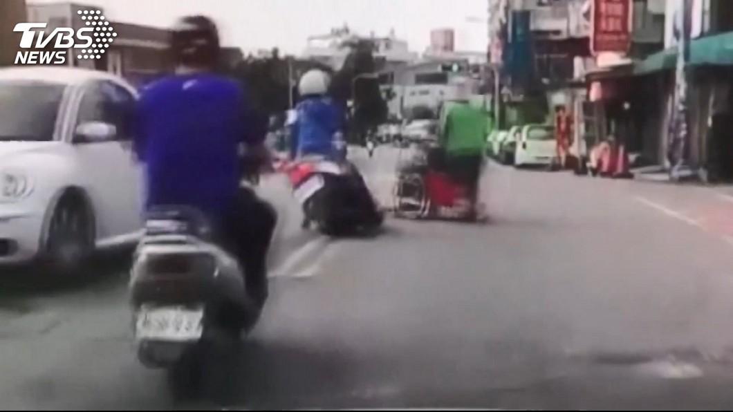 圖/TVBS 看護推輪椅路口硬衝 害綠燈女騎士慘摔