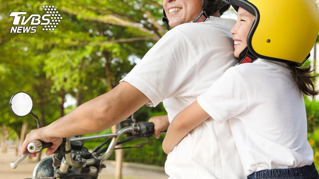 許多人會用機車載小孩。示意圖/TVBS 他為「禁止騎車載小孩」鬧離婚 引發網友論戰