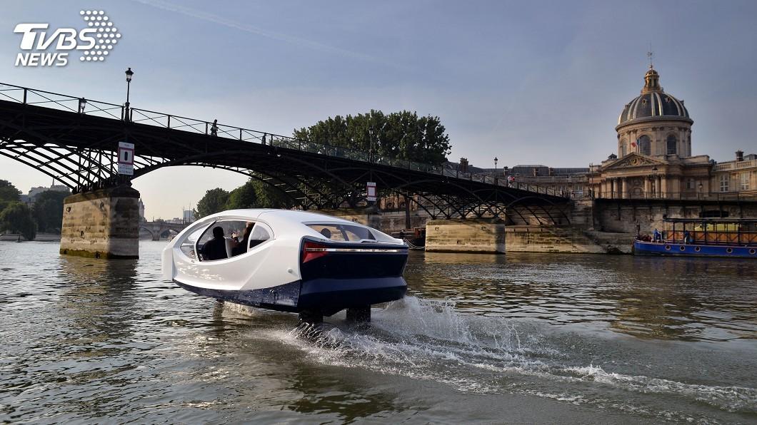 圖/達志影像美聯社 巴黎水上計程車沿塞納河「飛行」 預計明年春天上路