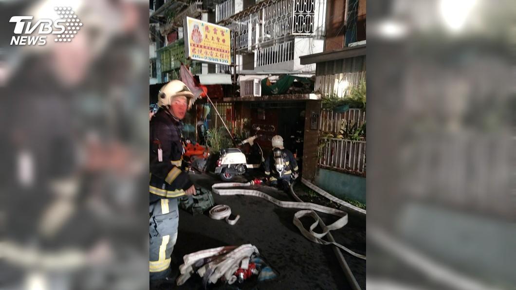 圖/嘉義市消防局提供 嘉市5樓公寓凌晨火警 男子受困浴室送醫不治
