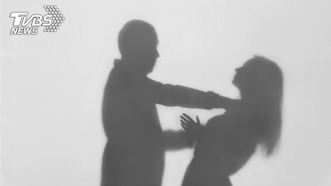 夫妻吵架仍要注意情緒控制,否則可能釀成悲劇。示意圖/TVBS 夫妻爭執…暴怒將妻「踹下床」!頭部重創氣絕身亡
