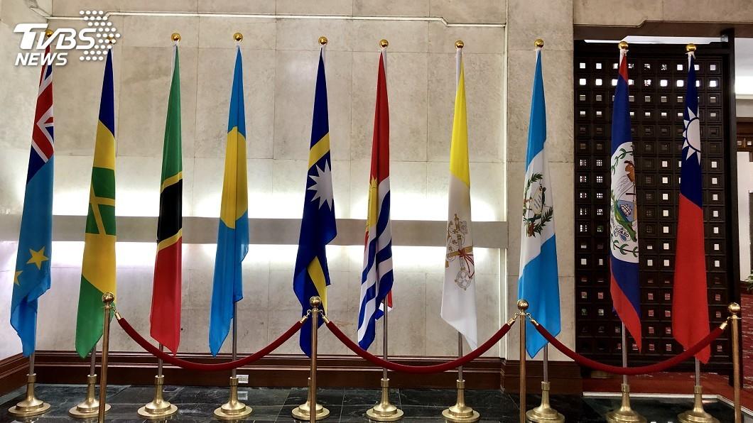 圖為外交部大廳,右五為吉國國旗。圖/中央社 吉里巴斯反對黨:已被告知政府將與台灣斷交
