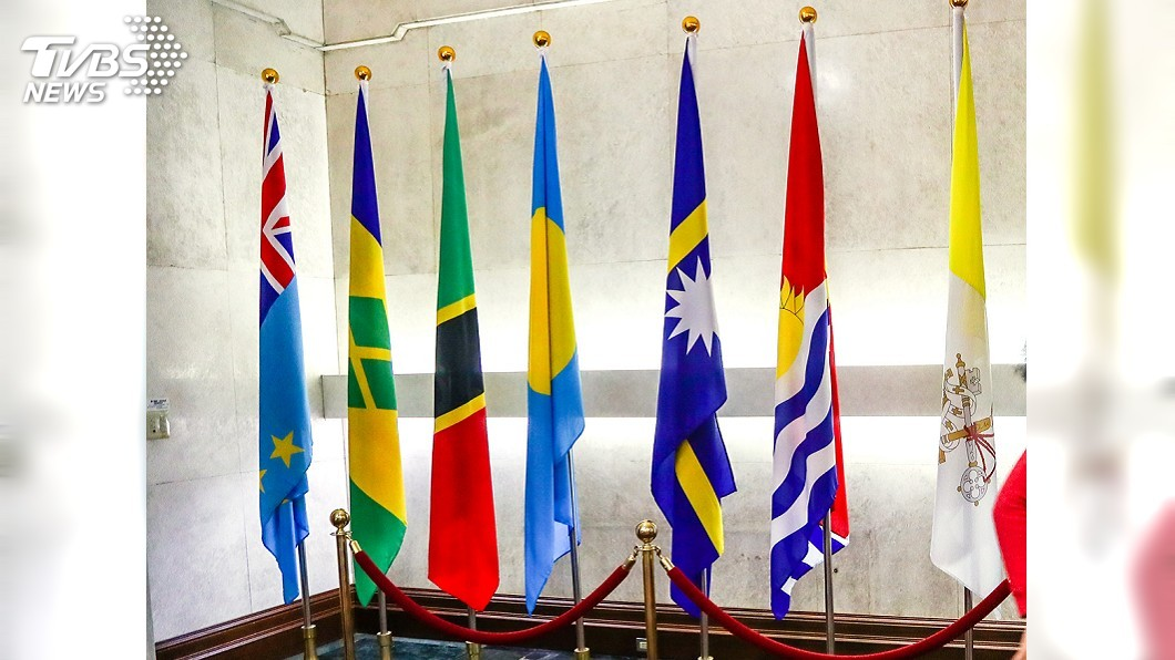 右二為吉國國旗。圖/中央社 中國再奪吉里巴斯 陸委會:已摧毀兩岸互動基礎