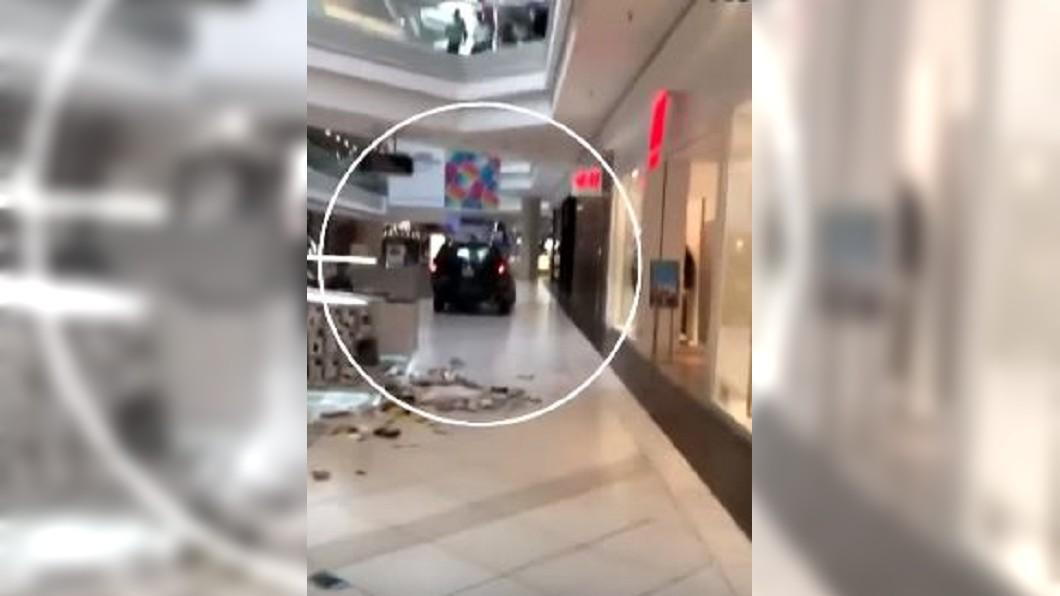 圖/翻攝自 KPRC 2 Click2Houston  YouTube  購物驚魂! 22歲嫌開車直闖商場、櫥窗碎裂