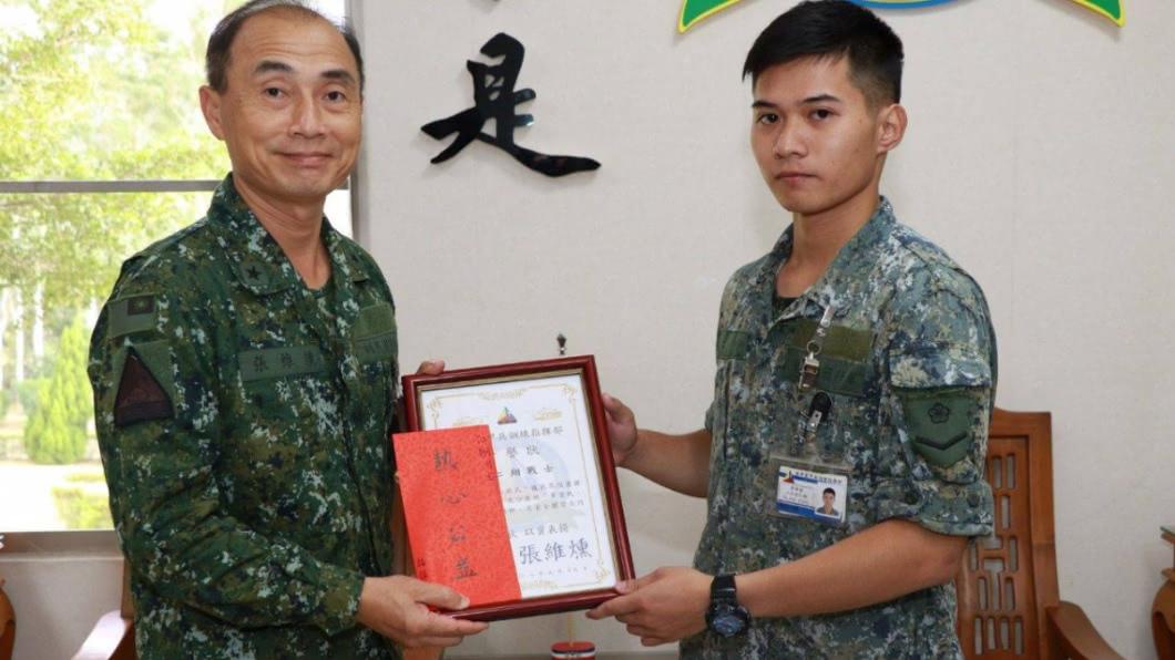 圖/翻攝自中華民國陸軍臉書 裝甲兵陪迷路奶奶回家 暖心舉動惹哭孫PO文致謝