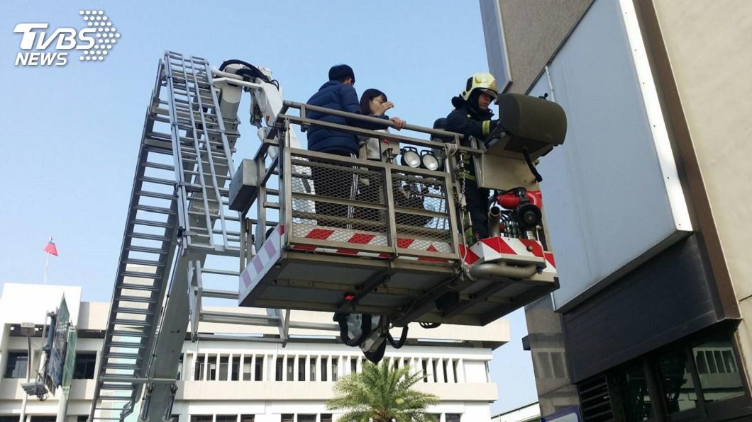 絕望!他跳上雲梯卻滑出軌道 消防員面前「哀號墜樓」亡