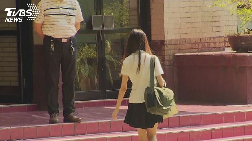 1名女學生驚覺自己遭偷拍裙底風光,事後發現是有變態男躲在轎車底盤下伸出手機偷拍。(示意圖/TVBS,圖中人物非當事人) 工程師壓力大變癡漢 躲車底下偷拍女學生裙底