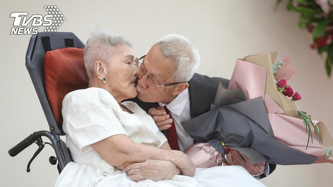 圖/中央社 因戰爭遲來60年的婚禮 8旬阿公替妻披白紗圓夢