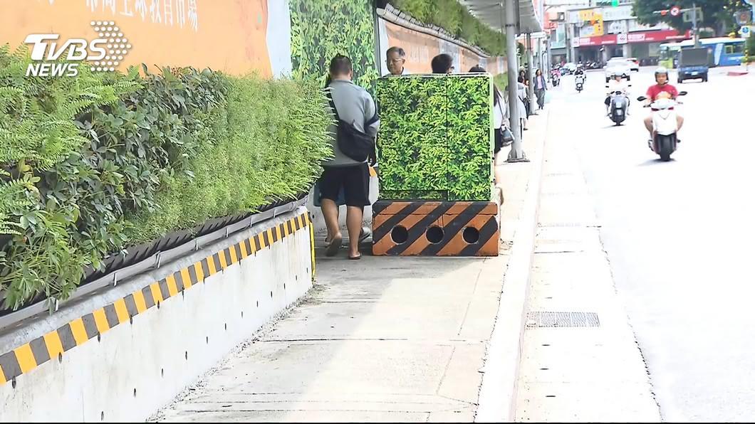 圖/TVBS 施工人行道限縮! 輪椅族迫與車搶道「遭叭」