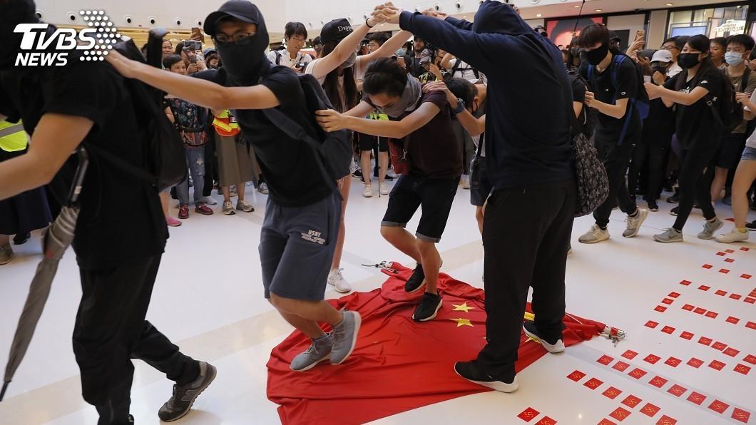 圖/達志影像美聯社 北京設十一死線? 反送中燒五星旗恐惹惱陸民