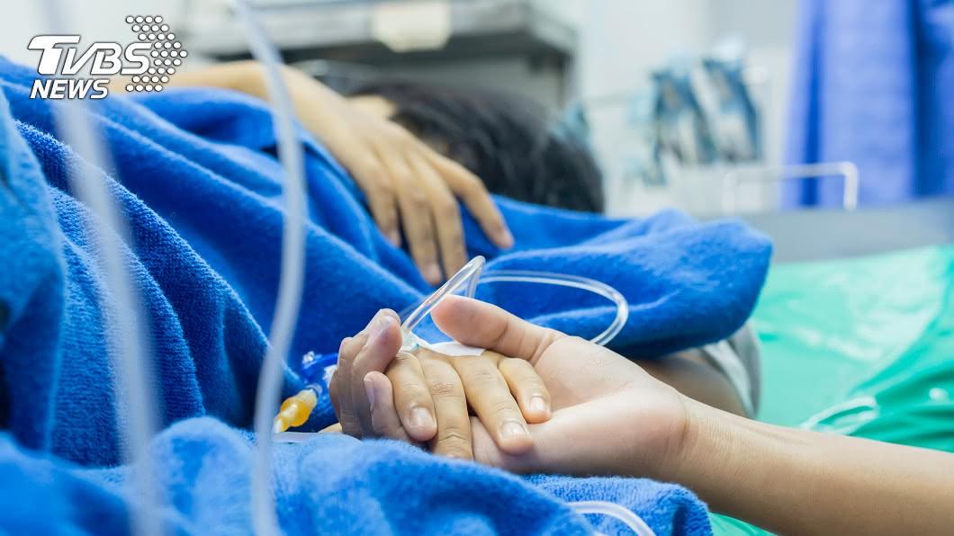 家屬1句話,害病患太激動腦血管爆裂。示意圖非當事人/TVBS 親戚圍病床打氣 1句話害病患「腦血管再爆裂」昏迷