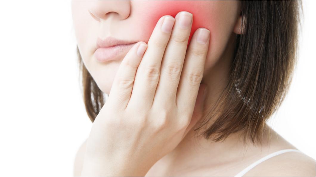 示意圖/TVBS 口冒小白斑以為瘡傷 她婚前確診是「舌癌」崩潰