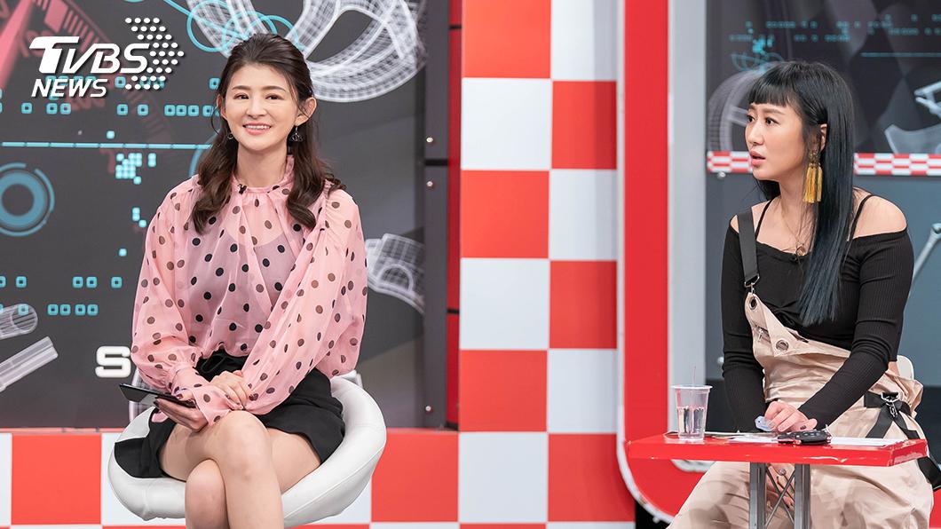 TVBS《地球黃金線》主持人蘇宗怡和來賓蔡允潔討論買車的注意事項。圖/TVBS