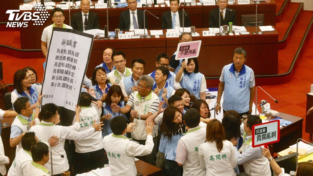 高市民進黨議員促韓國瑜辭市長 藍綠爆肢體衝突│TVBS新聞網