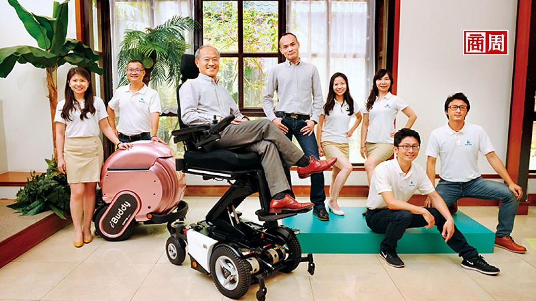 康揚打進40多國,董事長陳英俊(左3)說每個市場都有獨特性、都像重新創業,「修正一慢你就輸了。」(圖/商業週刊) 「反著做」前進印度市場 嘉義輪椅王賣到40國