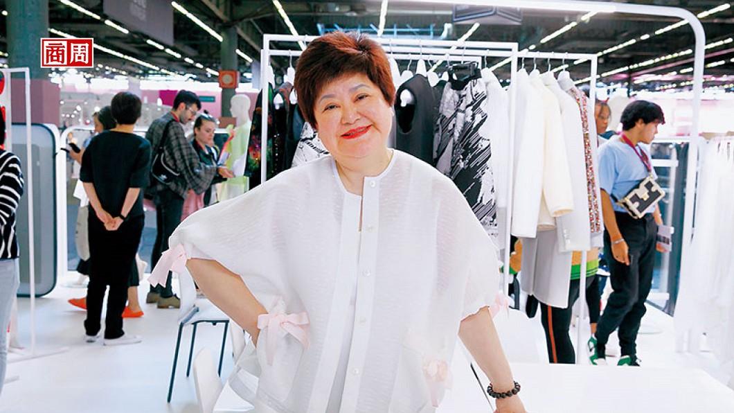 巴黎PV展,蕭黛莉進軍時裝首站!她背後由三明治布做的成衣,有外觀如皮革的,也有觸感如雪紡的,是轉型4年的心血。(圖/黛莉紡織提供) 內衣女王復仇記 黛莉4年攻進時裝界