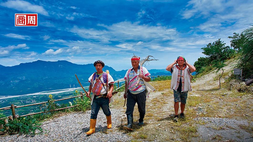 獵人們狩獵完快回到家之前,會隨興高歌一曲,通報家人豐收的喜悅。(圖/商業週刊) 無訊號部落 取之天地的野外體驗
