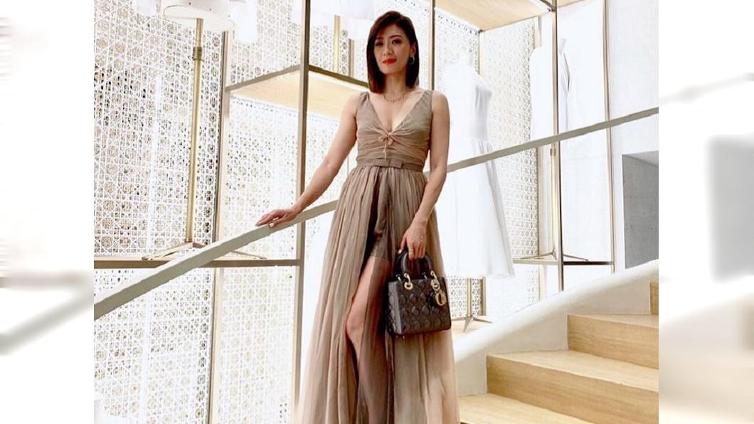 賈靜雯日前到巴黎參加時裝週,大露傲人事業線。圖/翻攝自賈靜雯Instagram
