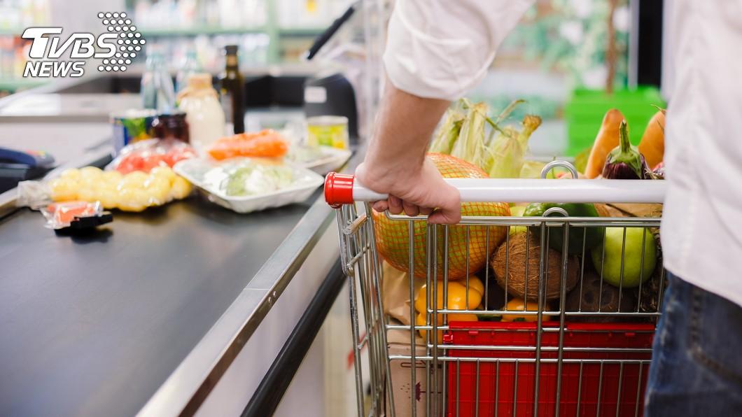 民眾買東西的時候總是會精打細算。示意圖/TVBS 超市金針菇特價「3包49」…客一算傻眼 網揭行銷手法