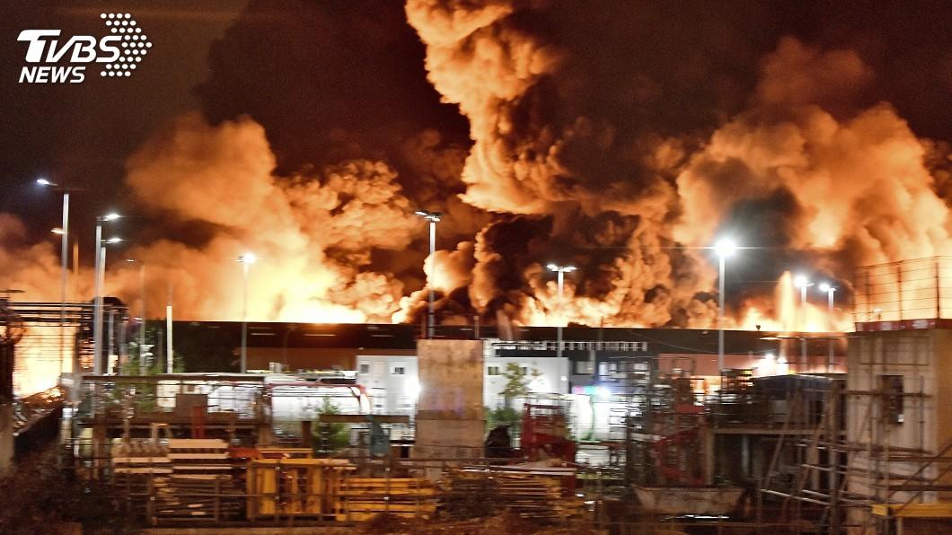 圖/達志影像美聯社 化學工廠爆炸起火嗆鼻黑煙瀰漫 法國當局關閉學校