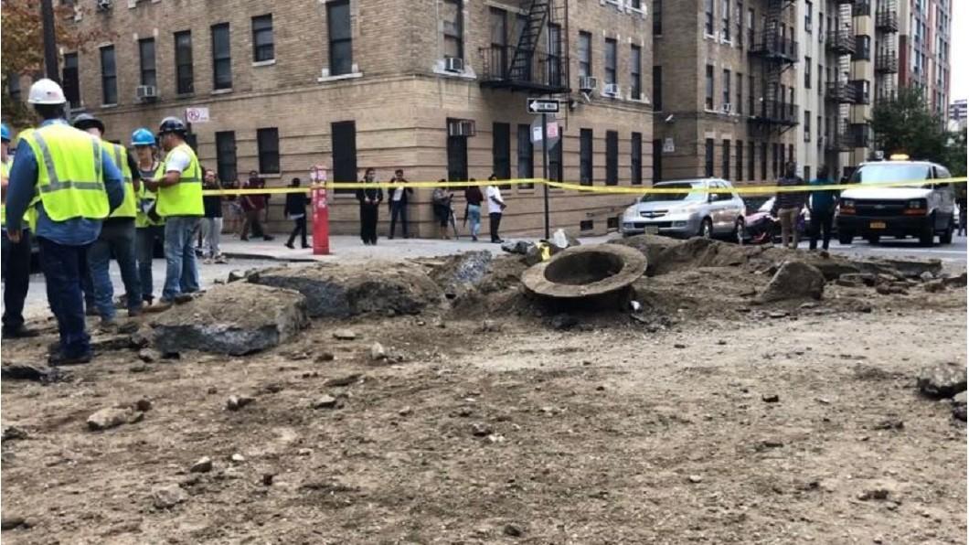 圖/翻攝自 Ken Buffa 推特 測試瓦斯管線出錯 紐約路面爆炸民眾嚇壞