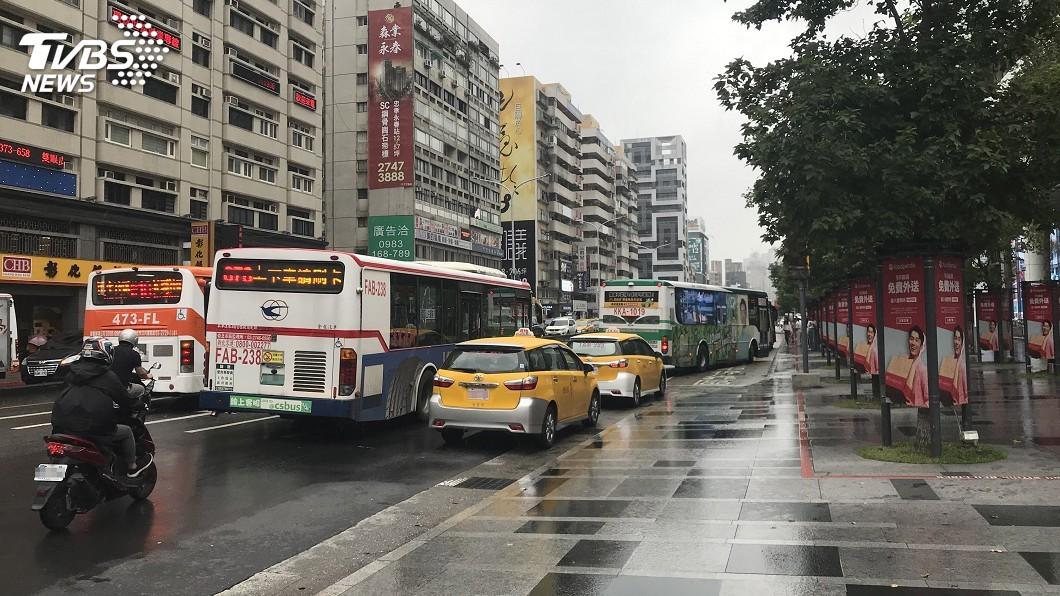 圖/中央社 市府轉運站前計程車違停 北市採科技執法取締