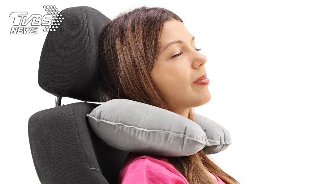 若將頸枕放後面,可能直接變成「駝背低頭族」。圖/TVBS 顛覆三觀!U型枕用錯反傷脊椎 專家曝3招小撇步