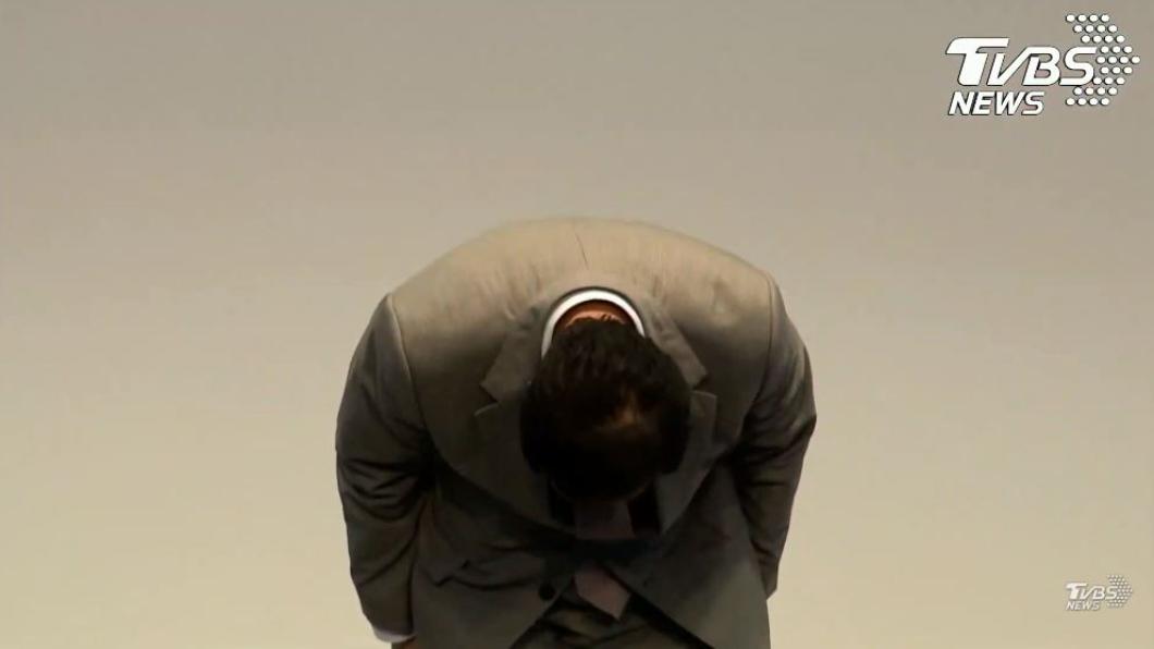 郭台銘對支持者鞠躬道歉,決定不參與2020連署競選總統。圖/TVBS 「對不起!」郭董為不參選鞠躬道歉 辜負郭粉期待
