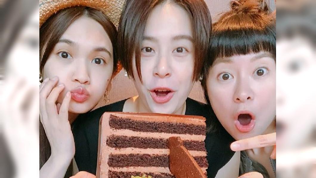 黃小柔與好姊妹楊丞琳(左)、張棋惠(右)開心合照。圖/翻攝自黃小柔Instagram