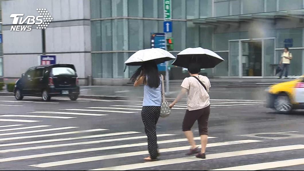 不少民眾在颱風天還是要出門上班去。(示意圖/TVBS) 該去嗎?老闆說「颱風天上班2倍薪」 網揭:不去GG了