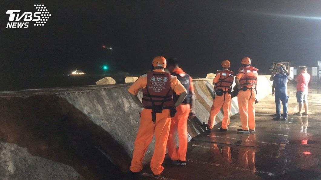 圖/海巡署提供 颱風夜風大浪高 高雄救出受困防波堤3釣客