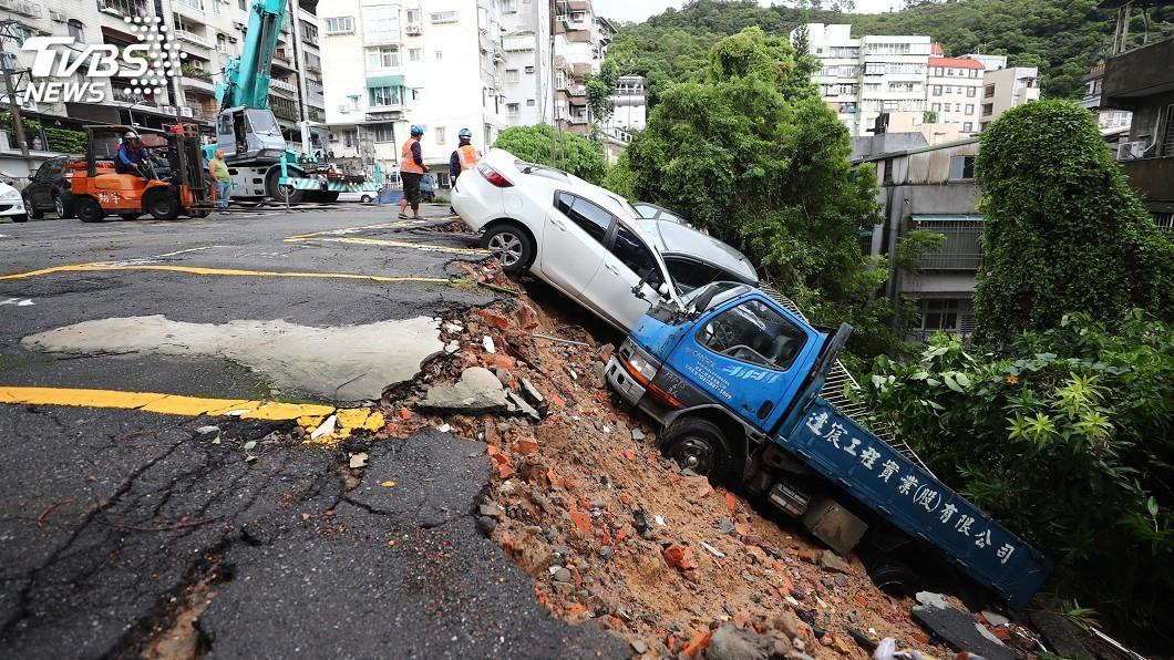 圖/中央社 北投停車場驚見土石崩塌 整排9輛車滑落斜坡