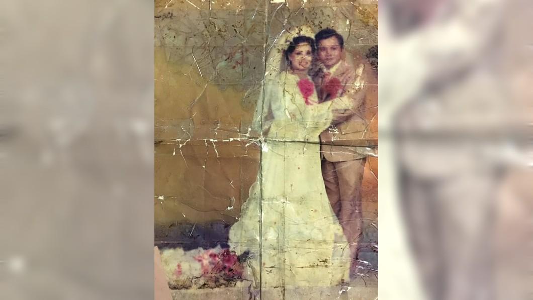 這張結婚照看得出歷史的痕跡,已經出現汙損還用膠帶貼黏。(圖/翻攝自爆廢公社二館) 父告別式…女跪求幫修復爸媽婚紗照 網友接力絕美修復