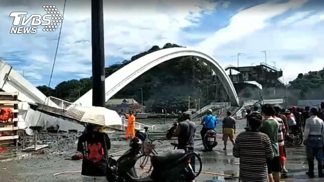 宜蘭跨港大橋突斷毀,民眾塞爆港邊。圖/TVBS 跨港大橋斷毀!千戶停電 鎮長:現場交管急救優先