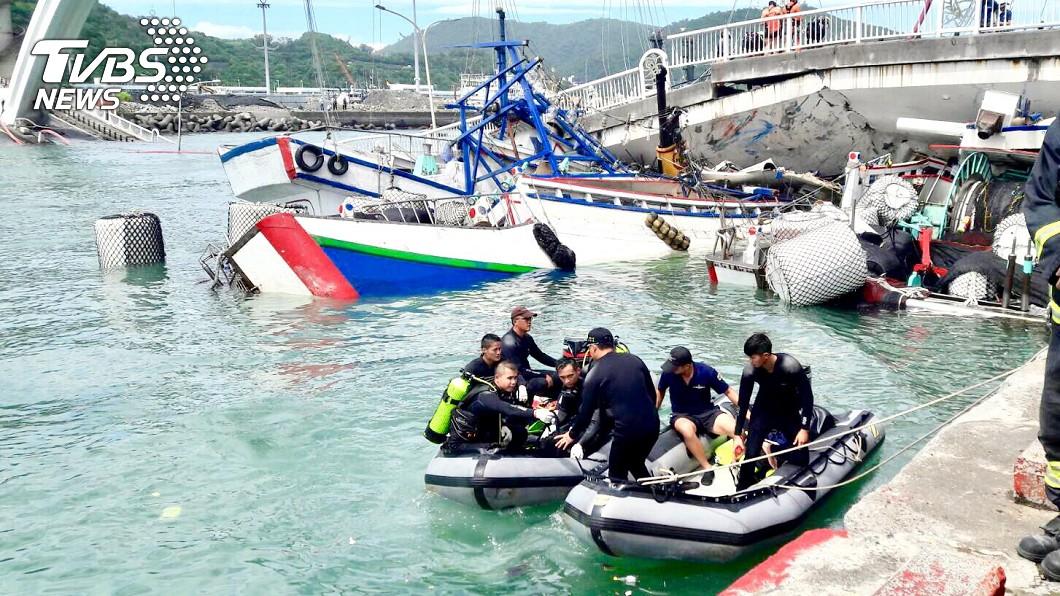 圖/軍方提供 南方澳大橋倒塌9人落海 國搜中心出動直升機救援