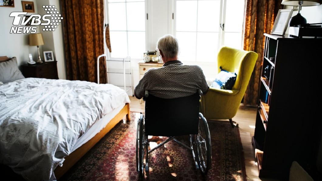 不少國家已經步入老年化社會,各國紛紛傳出許多獨居老人孤獨死的案例。(示意圖/TVBS) 68歲翁「孤獨死」成腐屍 家中垃圾清10車才挖出遺體