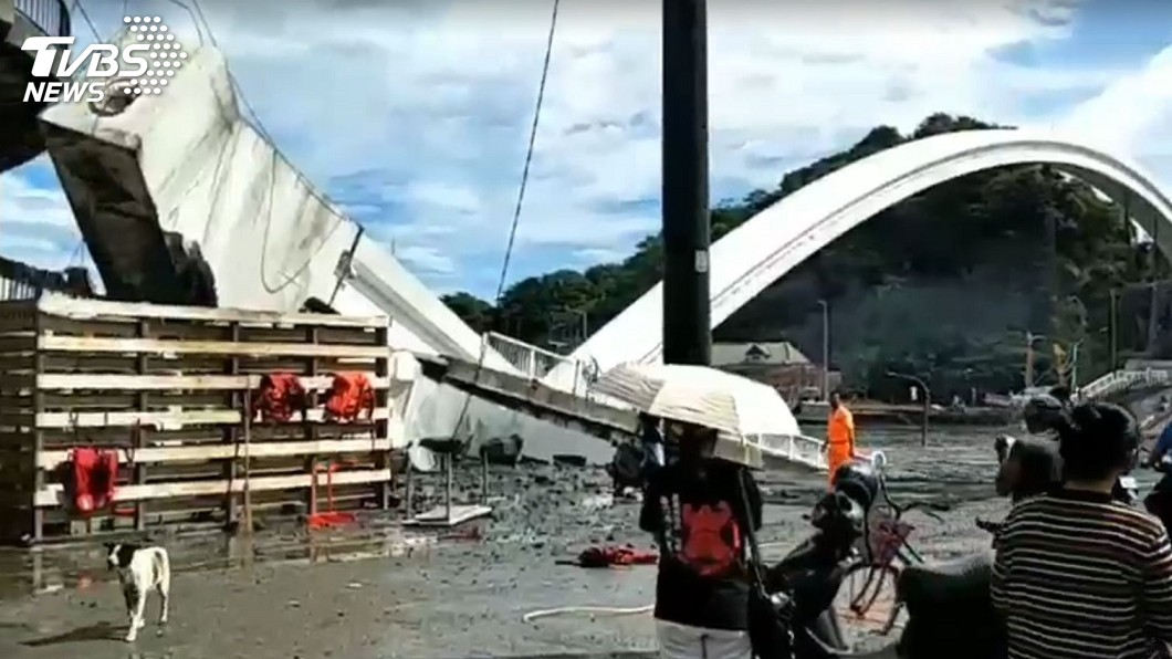 圖/TVBS 南方澳跨港大橋倒塌 民眾直擊油罐車隨橋掉落
