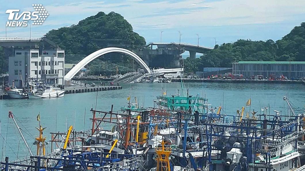 圖/中央社 跨港大橋坍塌漁船進出受阻 蘇澳漁會盼速重建