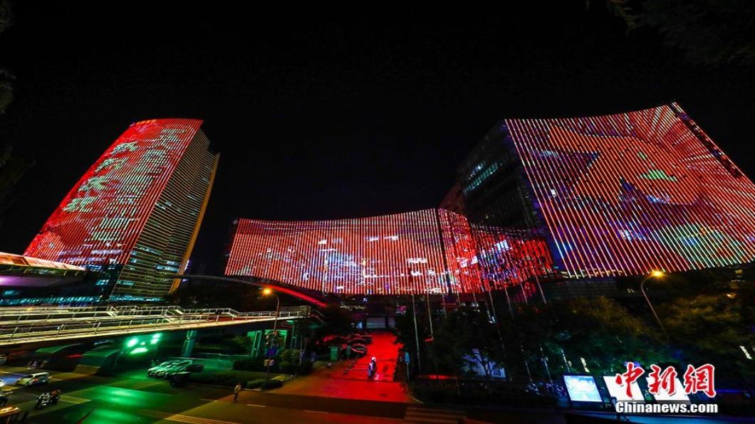 圖/翻攝自 中新網 大陸各地瘋「燈光秀」慶十一 帶熱LED產業