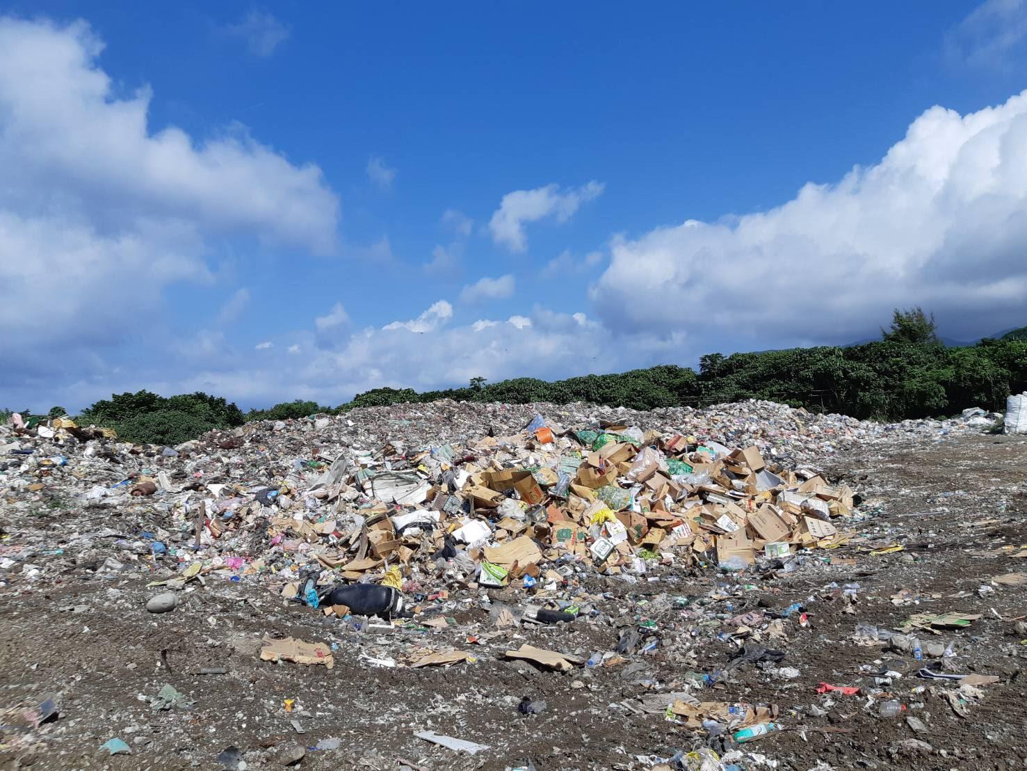 《陽光、沙灘、海邊之外:離島的垃圾危機》(圖:蘭嶼鄉清潔隊長鄧雅心提供) 陽光、沙灘、海邊之外:離島的垃圾危機