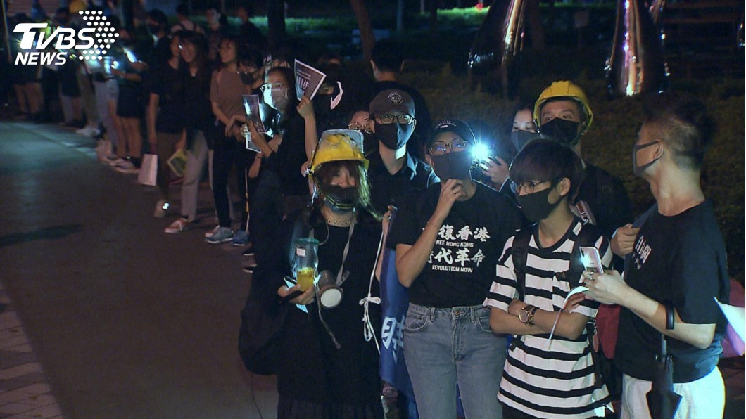 圖/TVBS 仿「獅子山星光人鏈」 政大250位學生挺港