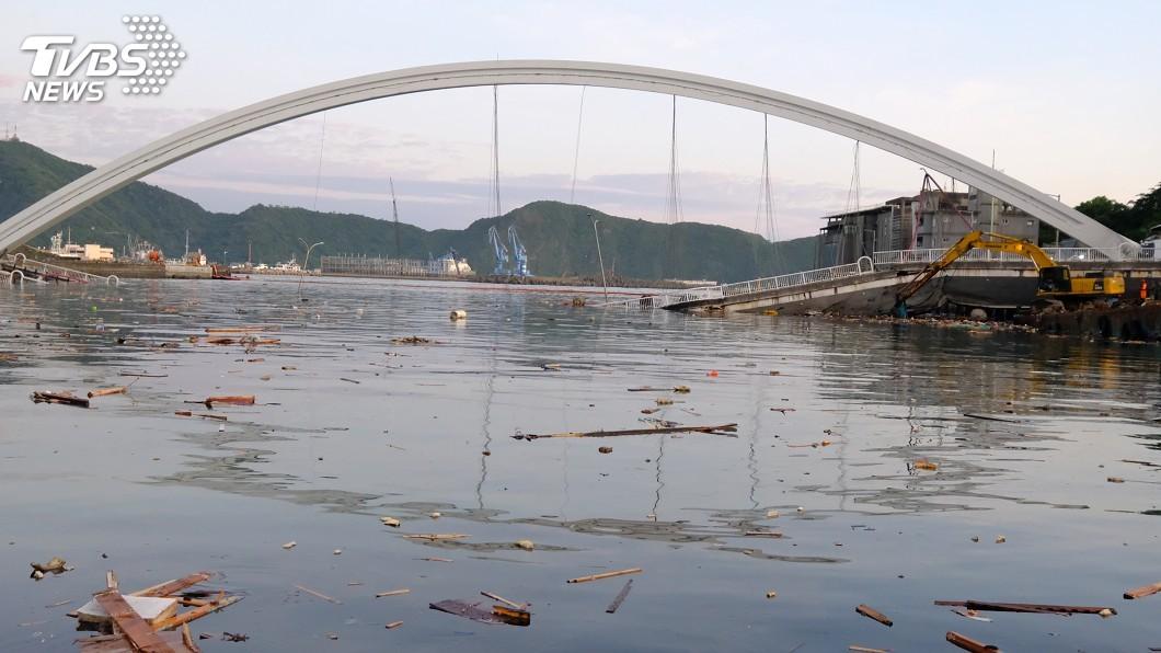 圖/中央社 南方澳跨港大橋斷裂坍塌 港務公司:檢測未逾年限